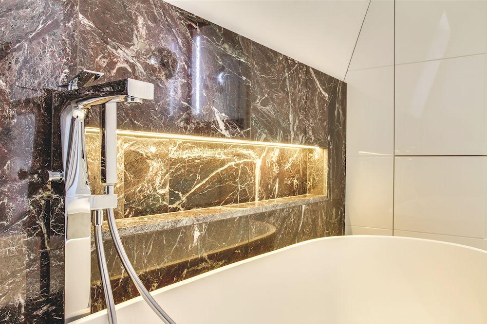 Salle de bain marbre rouge