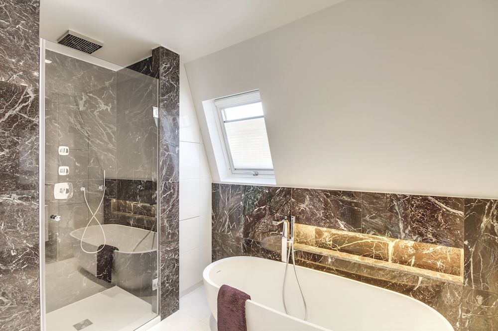 L'éclat du marbre rayonne dans cette salle de bain