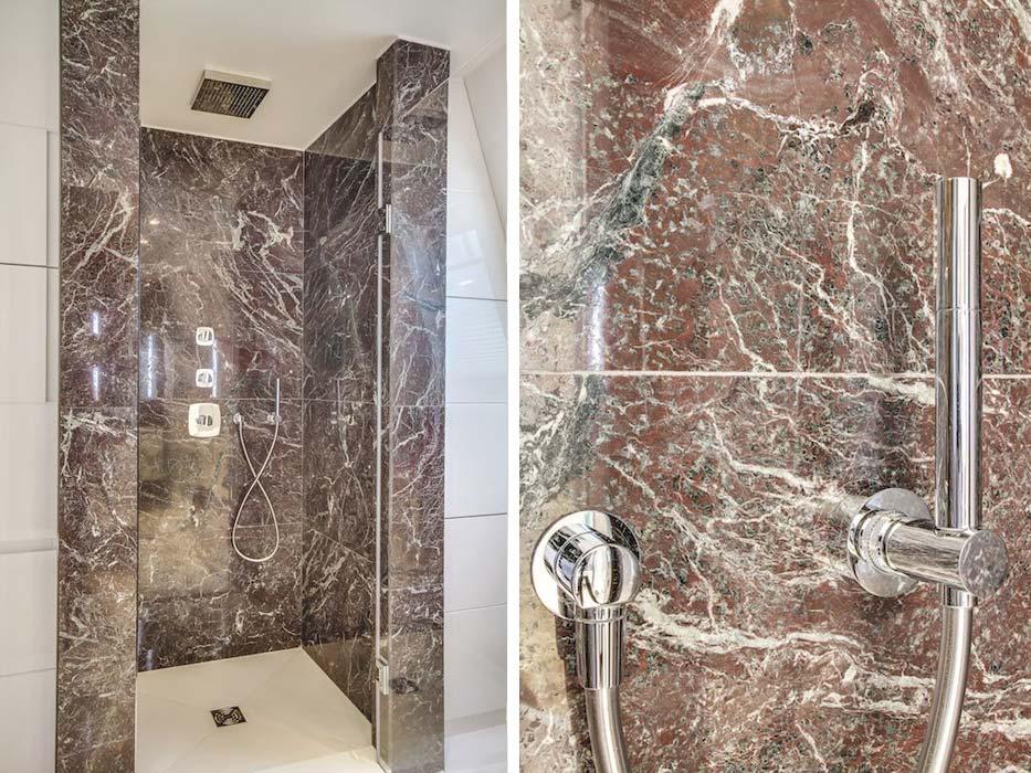 Salle de bain marbre rouge douche